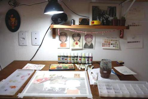Mesa de trabalho da ilustradora Rebeca Silva